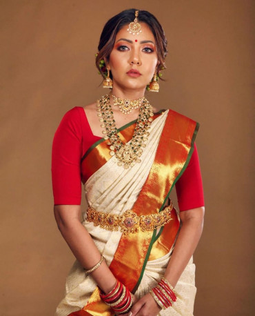 000KANCHI3900PERU59 - Offwhite kanchipuram saree in red gold zari border in geen edge lining